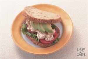 アボカドとチキンのサンドイッチ