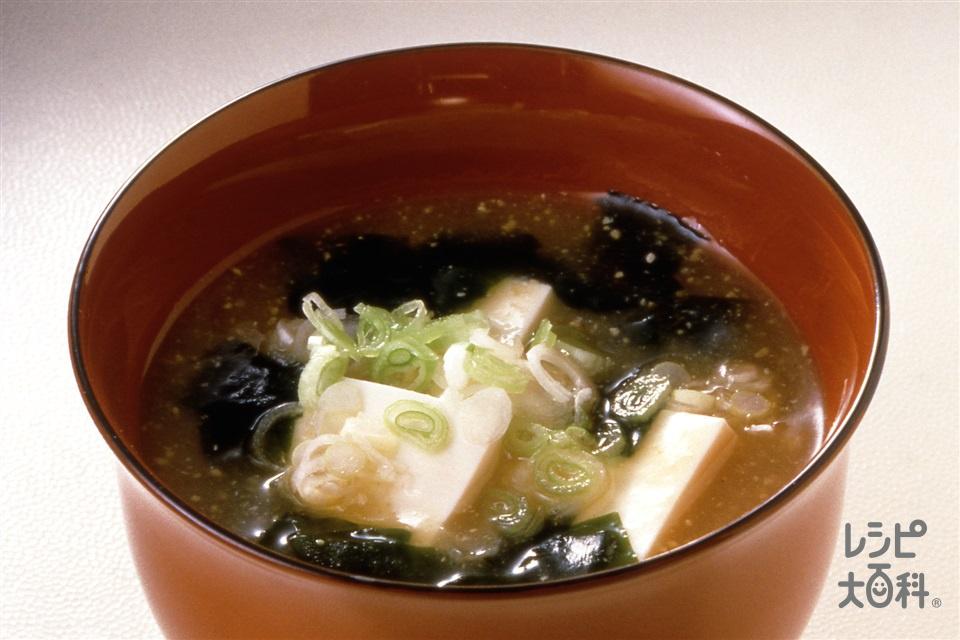豆腐とわかめのみそ汁(絹ごし豆腐+もどしたわかめを使ったレシピ)