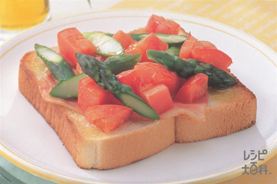 トマトとグリーンアスパラとベーコンのオリーブオイルトースト(食パン+トマトを使ったレシピ)
