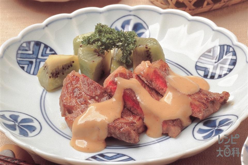ミニステーキとキウイのピリ辛みそマヨネーズ(牛ステーキ用肉+キウイを使ったレシピ)