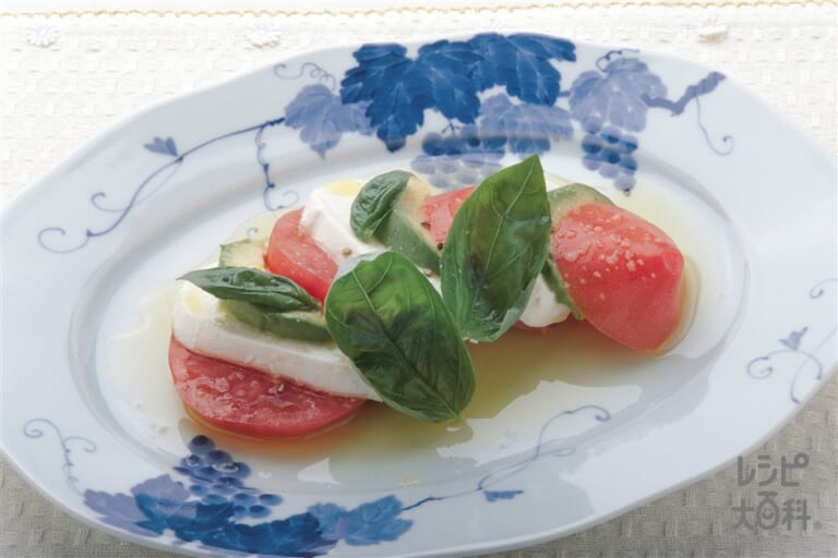トマトとアボカドとモッツァレラチーズのミルフィーユ仕立て