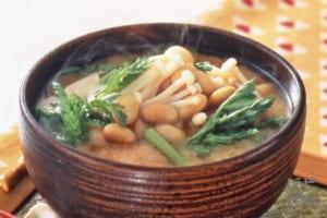 春菊と大豆・えのきだけのみそ汁