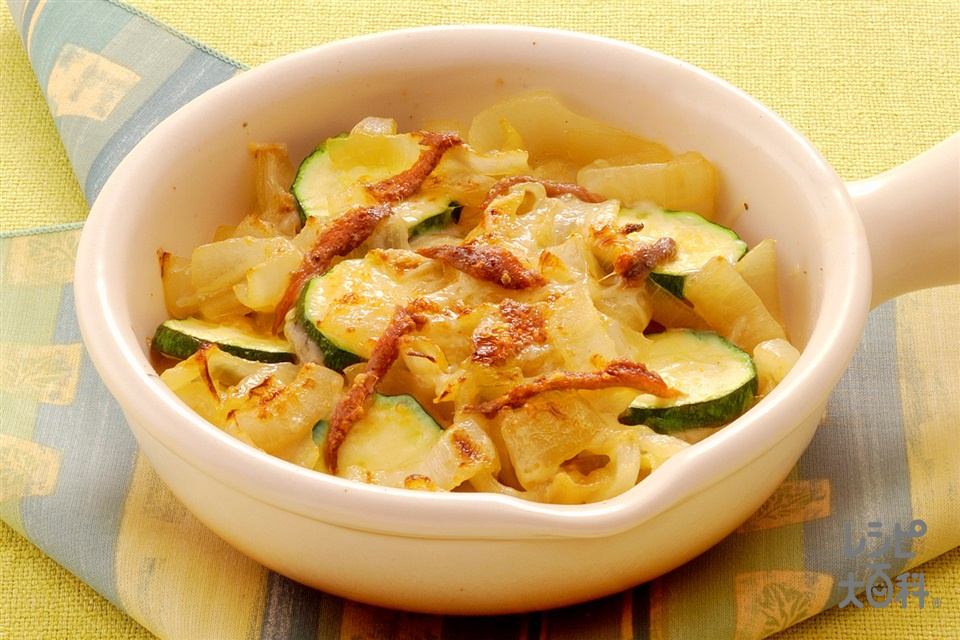 玉ねぎとアンチョビのチーズグラタン(玉ねぎ+ズッキーニを使ったレシピ)