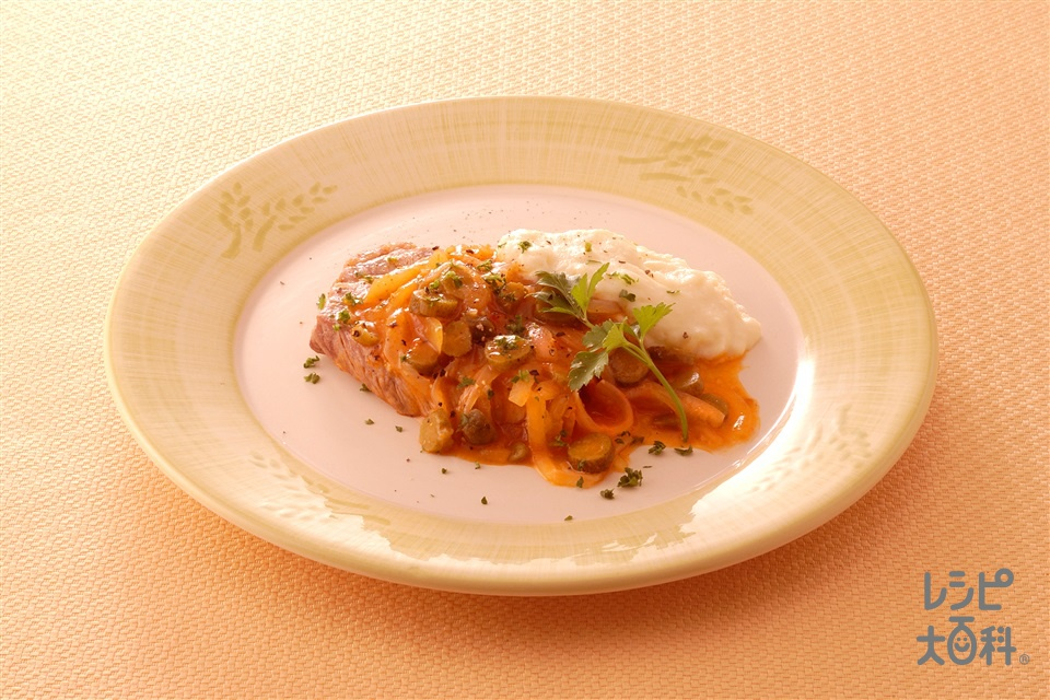 ポークソテー 玉ねぎ・ピクルスのソース(豚肩ロース肉+きゅうりのピクルスを使ったレシピ)