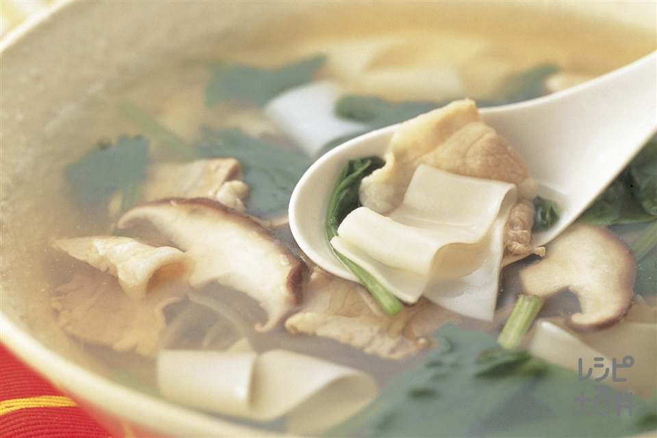 お酢でさっぱり ギョーザの皮と野菜のスープ(豚バラ薄切り肉+ほうれん草を使ったレシピ)