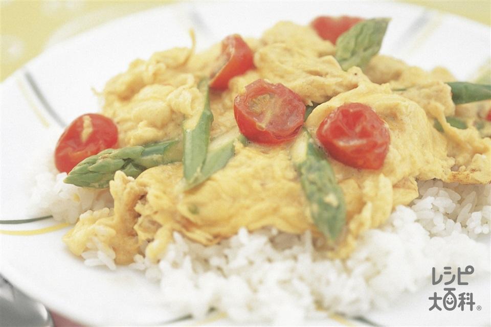 ミニトマトとグリーンアスパラの卵のせごはん(卵+ご飯を使ったレシピ)