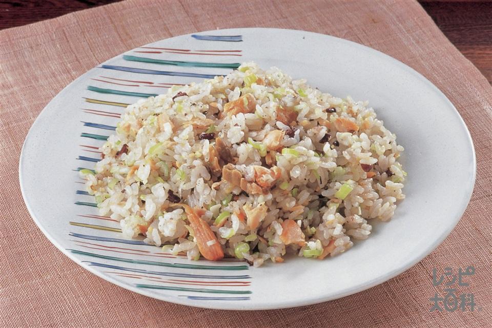 塩ざけとねぎの雑穀チャーハン(雑穀ご飯+甘塩ざけを使ったレシピ)