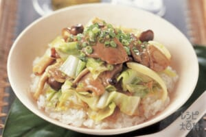 キャベツと玉ねぎ、豚肉のオイスター丼(豚ロースしょうが焼き用肉+ご飯を使ったレシピ)