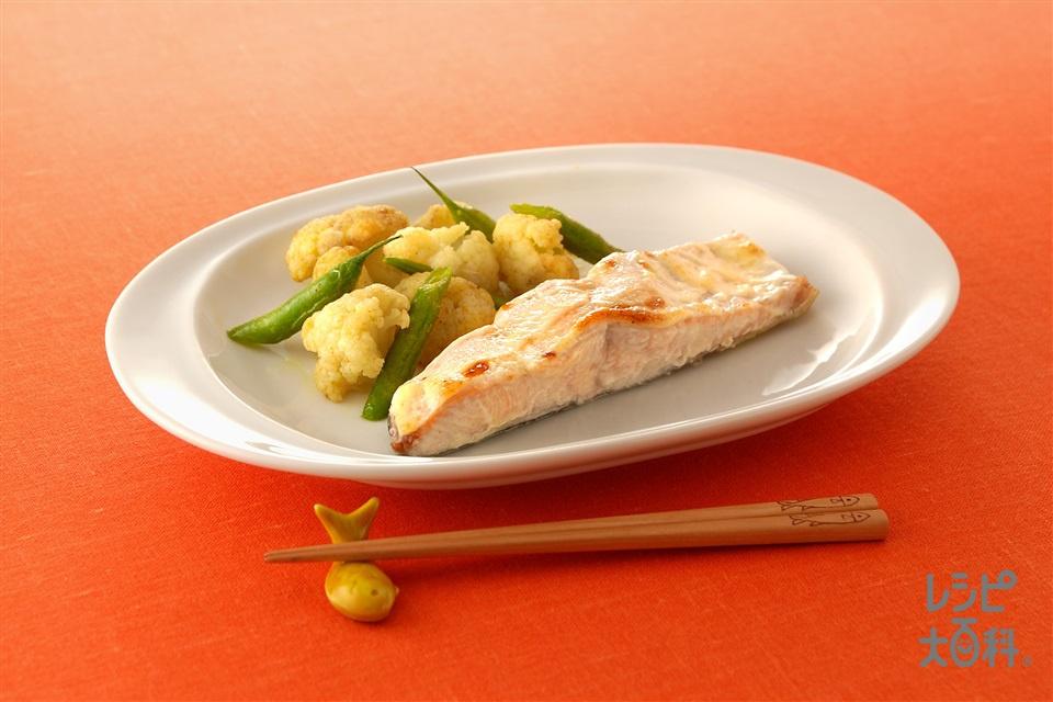 さけのマヨ焼き ゆで野菜添え(さけ+カリフラワーを使ったレシピ)