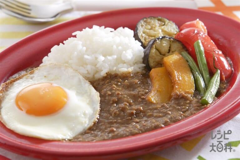 夏野菜と目玉焼きのキーマカレー