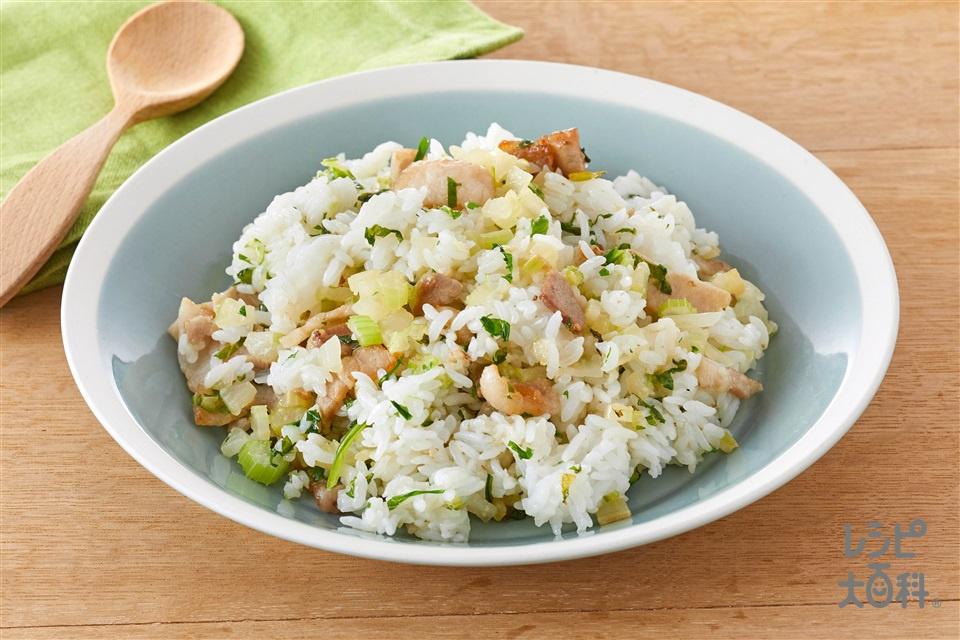 セロリと豚バラカリカリチャーハン(ご飯+セロリを使ったレシピ)