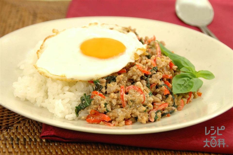 鶏肉のバジル炒めライス(温かいご飯+鶏ひき肉を使ったレシピ)