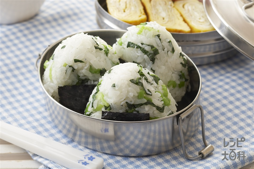 小松菜としらす干しのおにぎり(温かいご飯+小松菜を使ったレシピ)