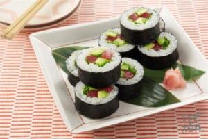 まぐろとアボカドの太巻き寿司(米+まぐろ(刺身)を使ったレシピ)