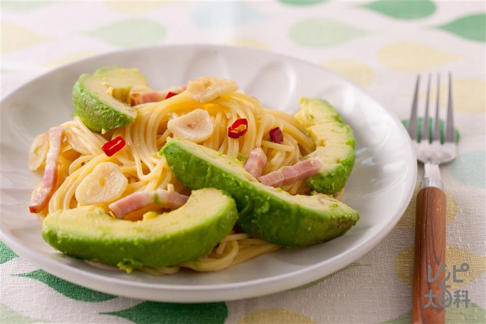 アボカドとベーコンのペペロンチーノ(スパゲッティ+ベーコンブロックを使ったレシピ)