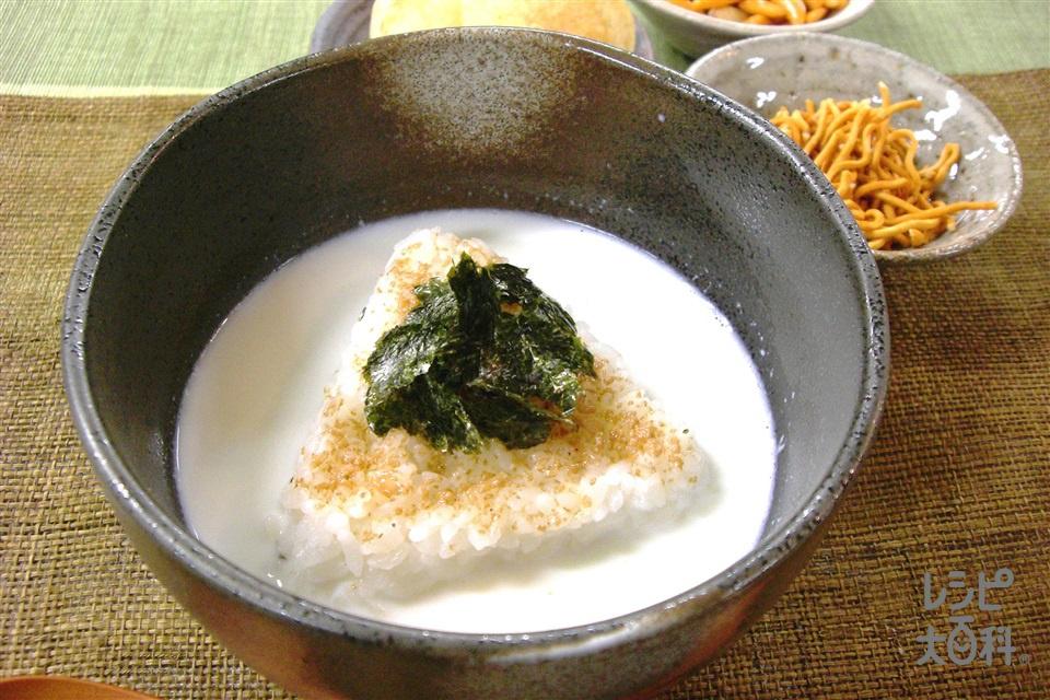 おにぎリゾット ミルク編(おにぎり(ツナマヨネーズ)+「ほんだし」8gスティックを使ったレシピ)
