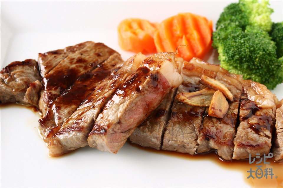 「ほんだし」がミソ♪牛肉のステーキ(牛ステーキ用肉+にんにくの薄切りを使ったレシピ)