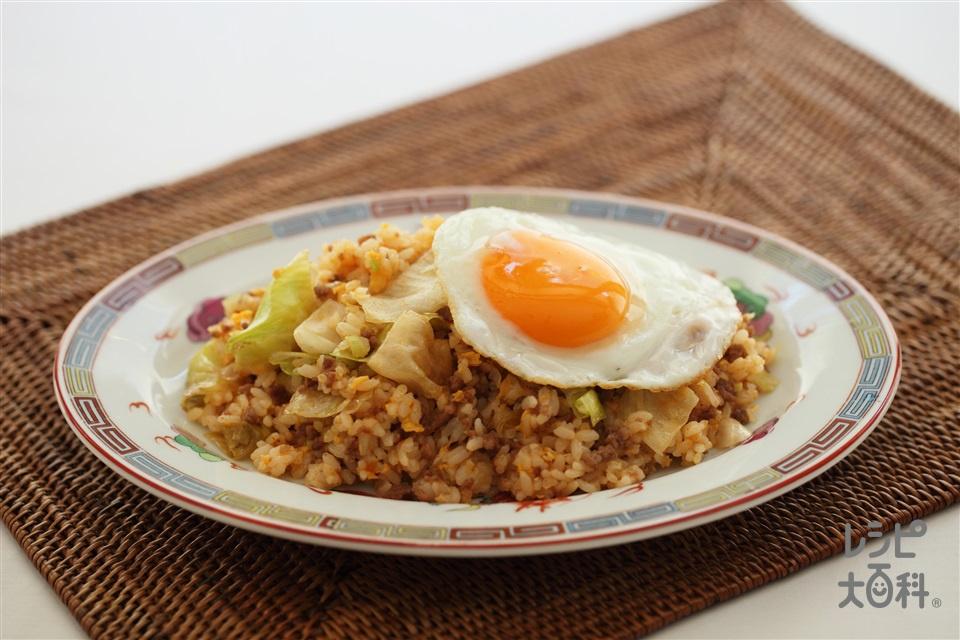 目玉焼きのっけピリ辛チャーハン(ご飯+レタスを使ったレシピ)