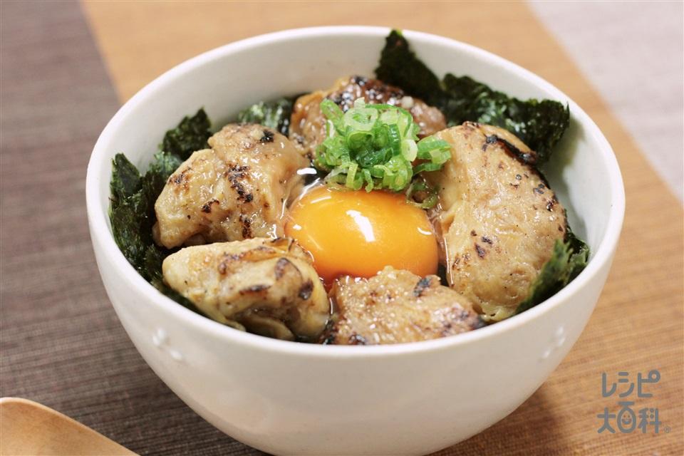たまごかけごはん 焼き鳥のせ(おにぎり(昆布)+「ほんだし」を使ったレシピ)