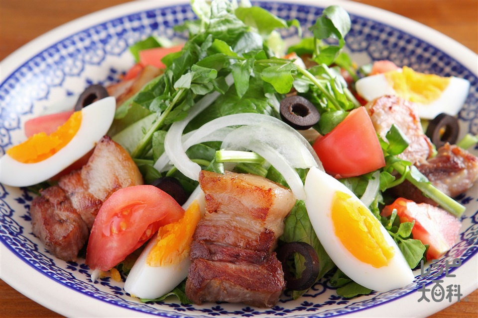 コンソメ豚のグリルサラダ(豚バラかたまり肉+「味の素KKコンソメ」顆粒タイプを使ったレシピ)