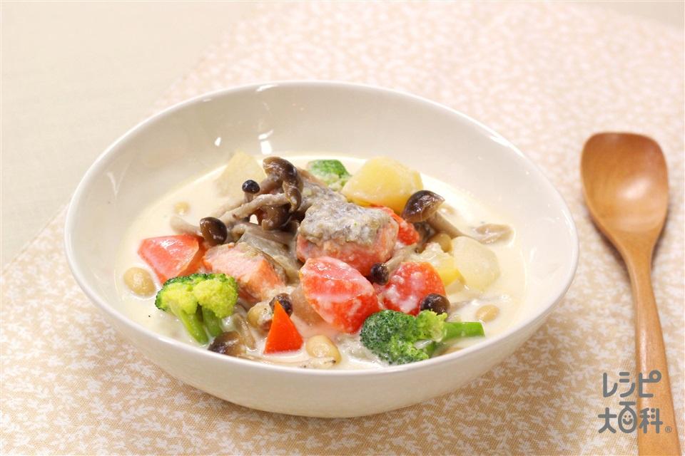 フライパン1つで 鮭と大豆の野菜たっぷりミルクスープ(生ざけ+牛乳を使ったレシピ)