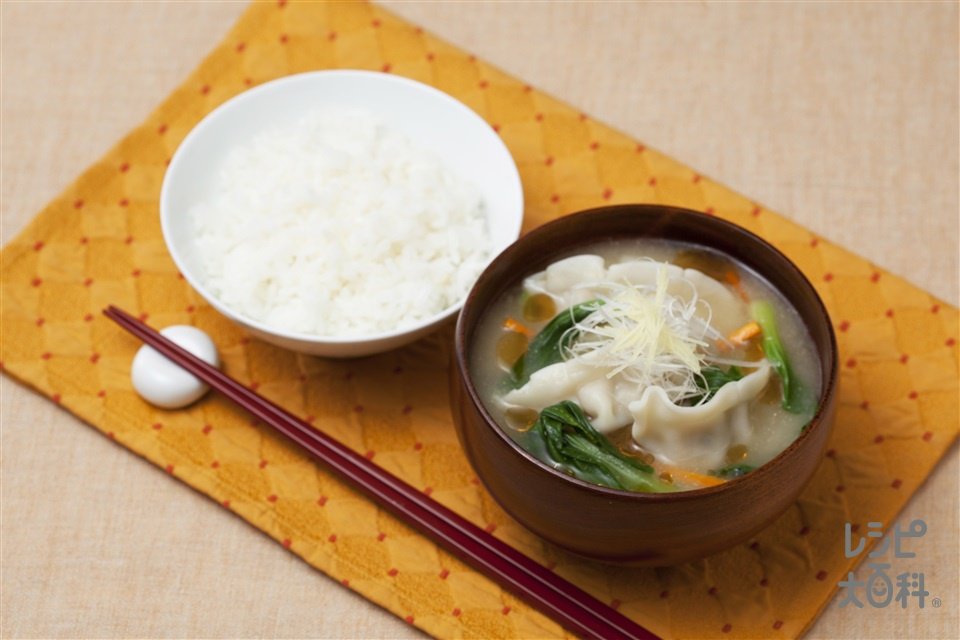 彩り野菜と水餃子の絶品汁(味の素冷凍食品KK「もちもち厚皮 水餃子」+チンゲン菜を使ったレシピ)