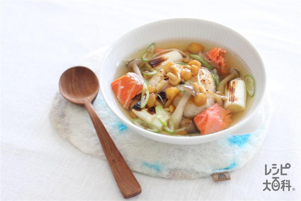焼きおにぎりの鮭ときのこスープかけごはん(ご飯+甘塩ざけを使ったレシピ)
