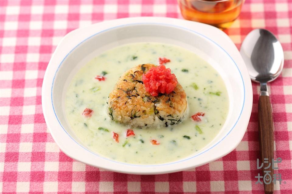 ひじき入り焼きおにぎりのほうれん草ポタージュスープかけごはん(ご飯+トマトを使ったレシピ)