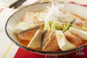 鮭と豆腐・キャベツのキムチレンジ蒸し