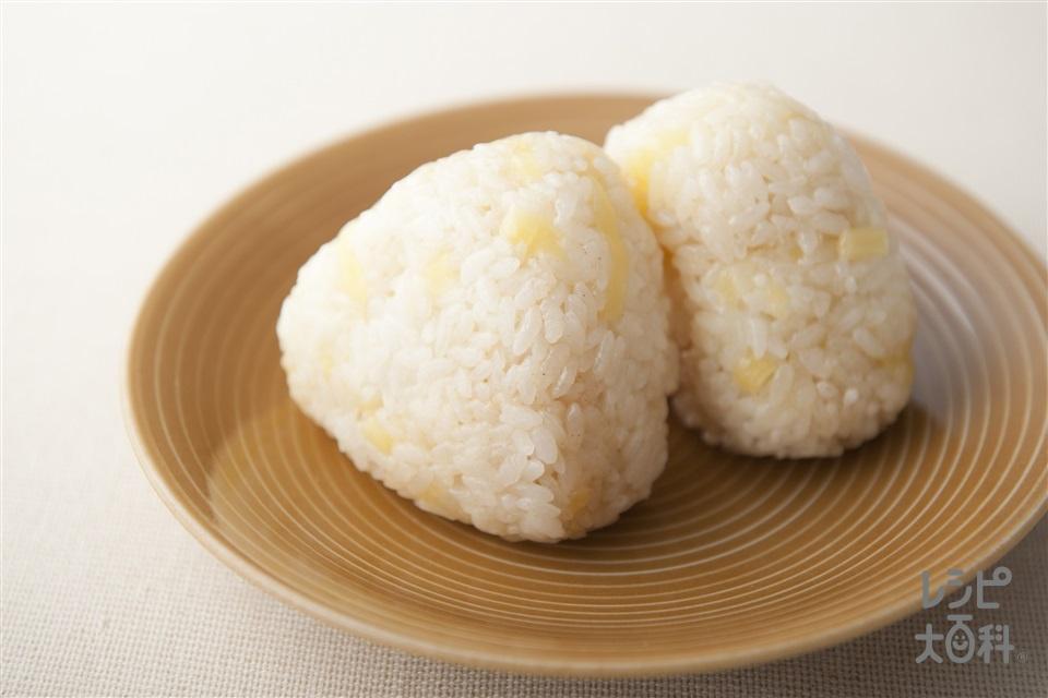 チーズおにぎり(温かいご飯+Aシュレッドチーズを使ったレシピ)