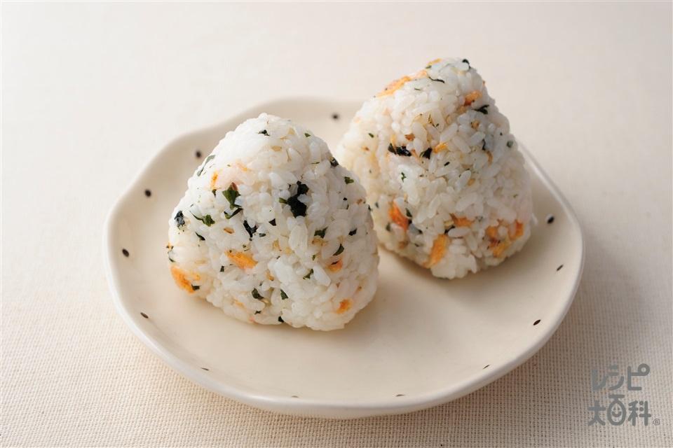 乾物おにぎり(温かいご飯+カットわかめ(乾)を使ったレシピ)