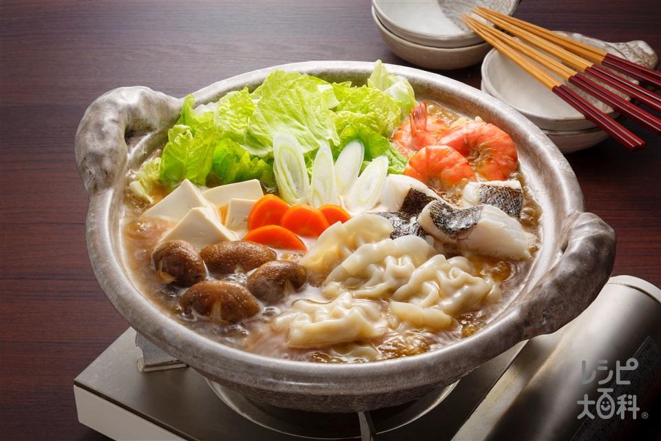 寄せ鍋しょうゆギョーザ鍋(味の素冷凍食品KK「もちもち厚皮 水餃子」+たらを使ったレシピ)