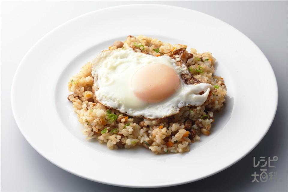 納豆チャーハン目玉焼きのせ(ご飯+卵を使ったレシピ)