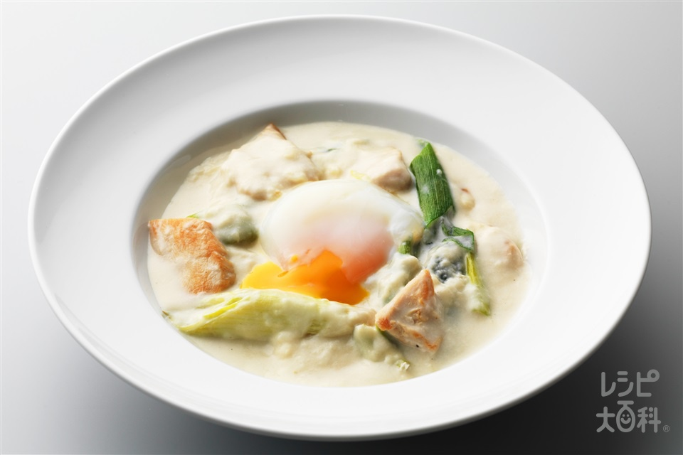 チキンとネギのクリーム煮 温泉卵添え(鶏むね肉+長ねぎを使ったレシピ)