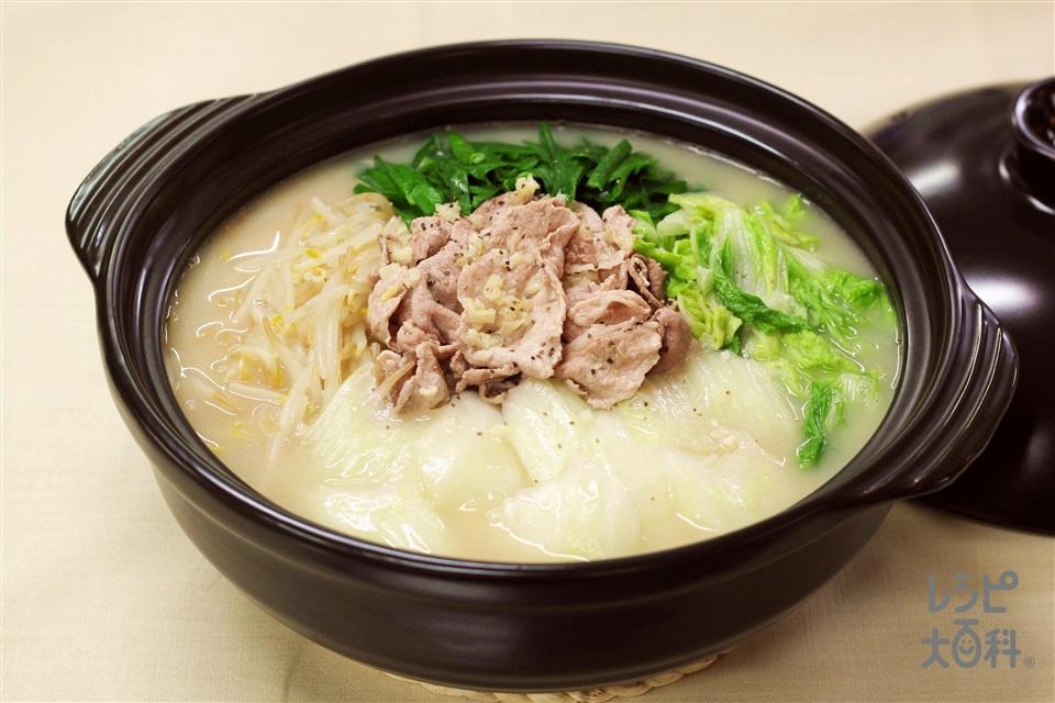 白菜と豚もやしのガーリック白湯鍋(豚こま切れ肉+白菜を使ったレシピ)