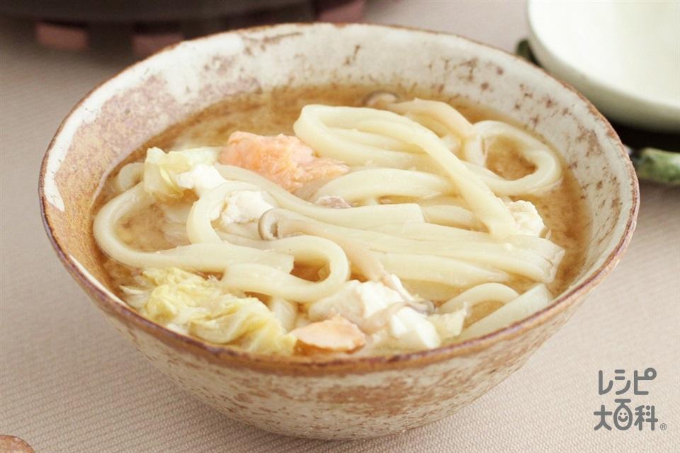 鮭ときのこの濃厚味噌鍋シメうどん(冷凍うどんを使ったレシピ)