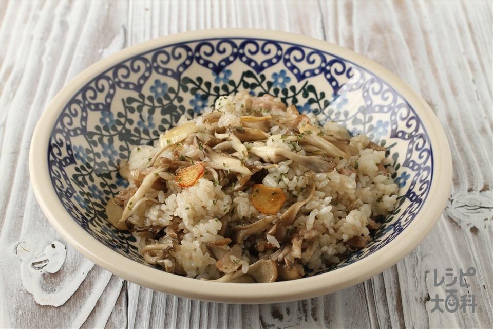 きのこのガーリックライス(ご飯+豚こま切れ肉を使ったレシピ)