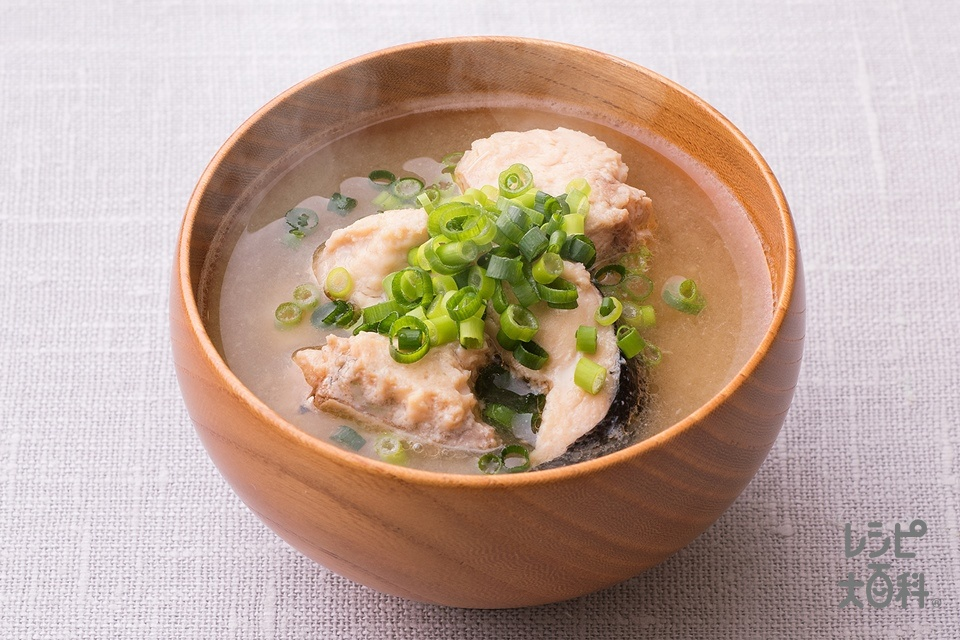 石狩風!鮭缶みそ汁(さけ缶+小ねぎの小口切りを使ったレシピ)