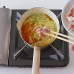 豚肉とせん切り野菜の簡単コンソメスープの作り方_1_1