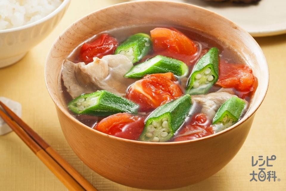 トマトとオクラのうま塩豚汁(豚バラ薄切り肉+トマトを使ったレシピ)