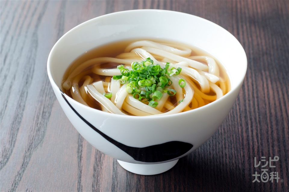 うどんつゆ(ゆでうどん+小ねぎの小口切りを使ったレシピ)