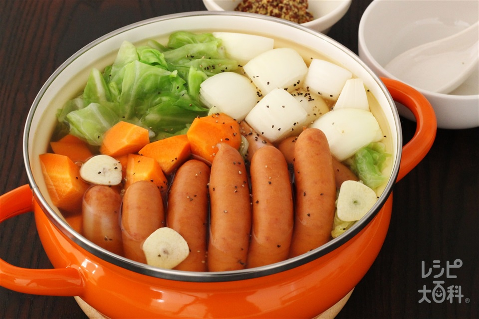 野菜とソーセージが山盛り コンソメ鍋(キャベツ+玉ねぎを使ったレシピ)