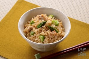 鶏肉とグリーンアスパラのだし炊きご飯(米+鶏もも肉を使ったレシピ)