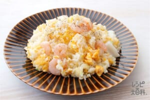 しょうゆ仕立ての海鮮炒飯(ご飯+シーフードミックスを使ったレシピ)