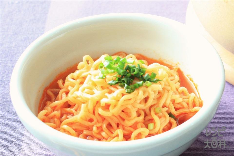 キムチ鍋のシメラーメン(中華めん+小ねぎの小口切りを使ったレシピ)