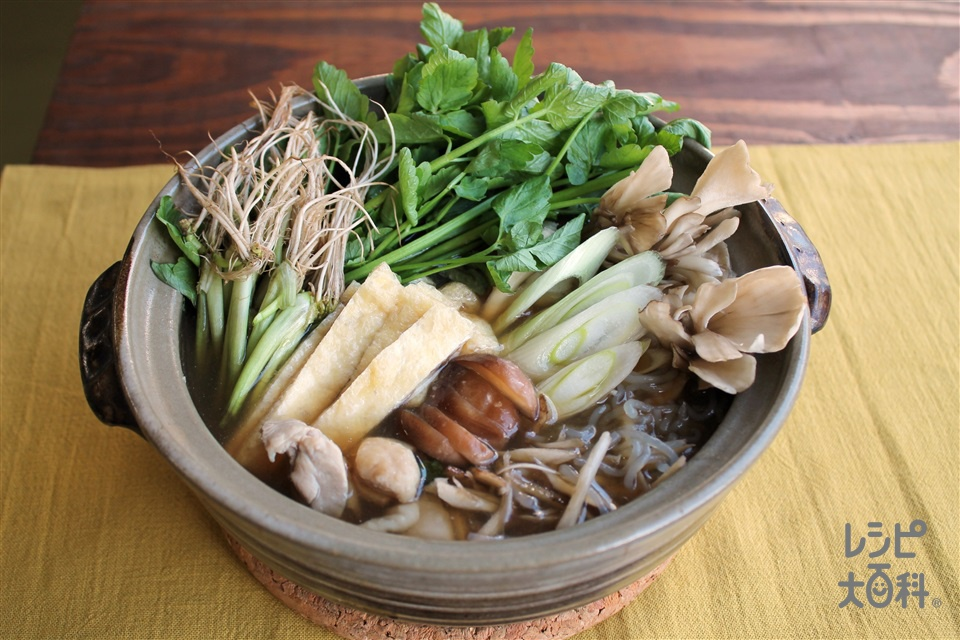 「鍋キューブ」でせり鍋(鶏もも肉+しらたきを使ったレシピ)