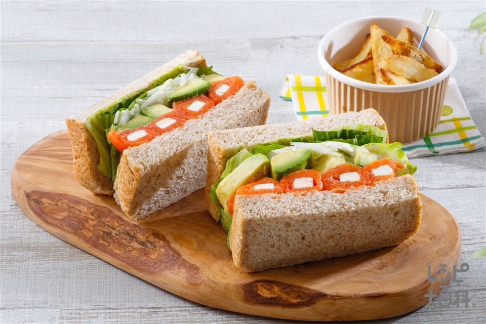 アボカドたっぷりスモークサーモンサンドイッチ(食パン6枚切り+スモークサーモンを使ったレシピ)