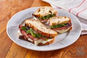 ローストビーフとベビーリーフのサンドイッチ