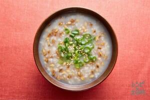 スーパー大麦がゆ 白ごま・ねぎ(小ねぎの小口切り+いり白ごまを使ったレシピ)