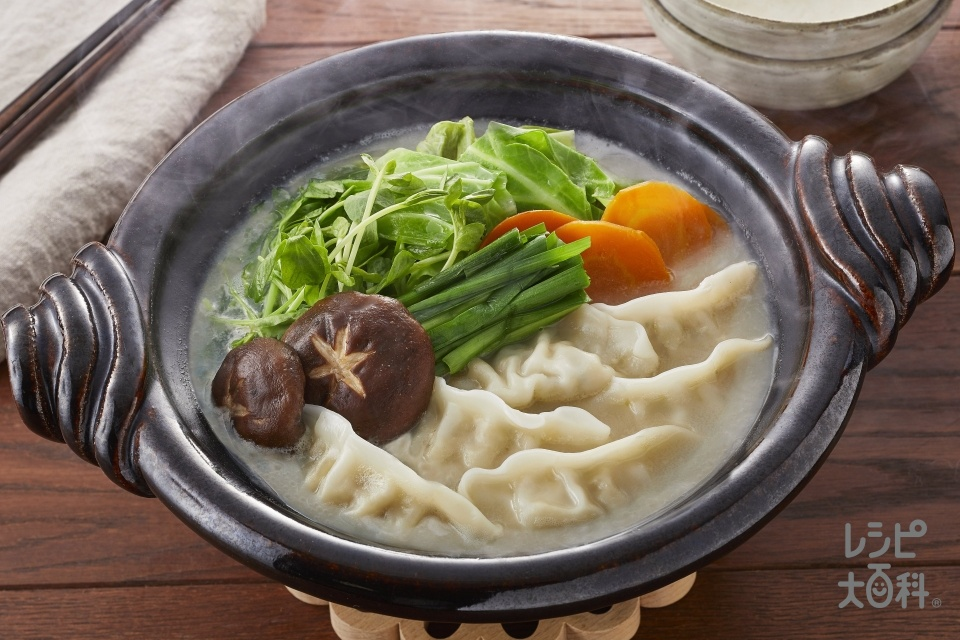 濃厚白湯ギョーザ鍋(味の素冷凍食品KK「もちもち厚皮 水餃子」+キャベツを使ったレシピ)